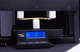 Her får iPhone 6S-rammen over til å bli en bøyd iPhone 6S-ramme. Men det er først etter imponerende 36 kilo!