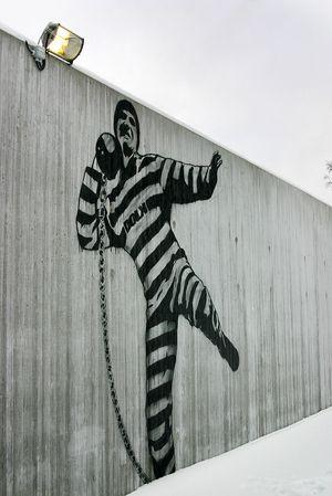 Vi har ikke bilde av den aktuelle fangen, men antar han ser omtrent ut som denne graffitien på fengselsmuren.