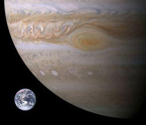 Tilnærmet størrelsesammenligning mellom jorden og Jupiter.