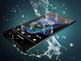 En av Panasonics egne vanntette smarttelefoner, ELUGA.