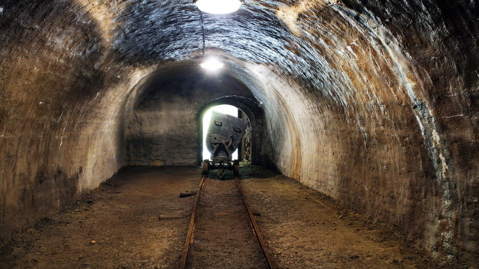 Toget skal befinne seg i en underjordisk tunnel.