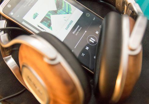 Det er skikkelig bra lyd i ZTE Axon. Produsenten har inkludert en dedikert forsterker og DAC i telefonen. Det merkes. I testperioden kjørte vi den sammen med Denon D2000, MM400 og Sennheisers Momentum. Samtlige med svært overbevisende resultat.
