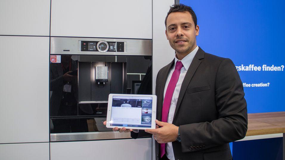 Barrista-automat: Den innebygde kaffemaskinen som kommunikasjonssjef for IoT i Bosch, Marcello Hiering viser frem kan programmeres med en serie ulikt sammensatte varianter av kaffe. Eller spilleliste som han kaller det.