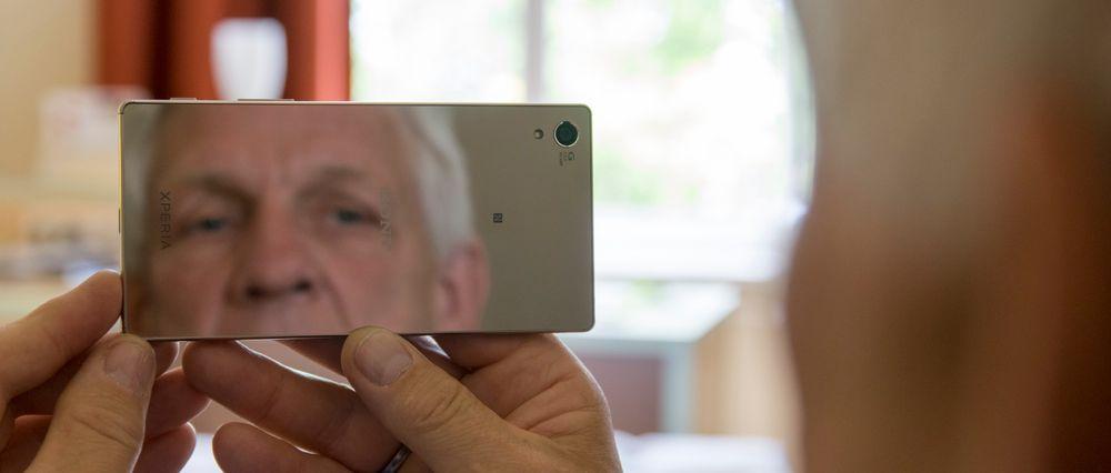 Kollega Odd Richard Valmot knipser en selfie på 23 megapiksler. Den speilblanke baksiden er mer enn tilstrekkelig til å fange opp eventuell spinat mellom tenna.