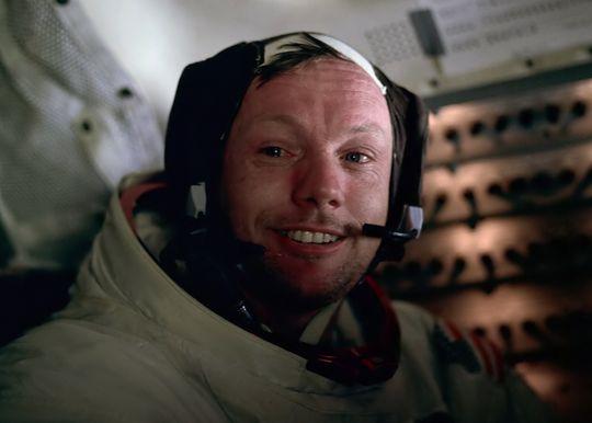 Neil Armstrong fotografert av Buzz Aldrin etter å ha gått på månen for første gang under Apollo 11-ferden. Mikrofonen var bygget og utviklet av Plantronics.