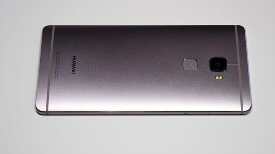 En ren og avrundet metall bakside. Ikke ulik HTC M9.