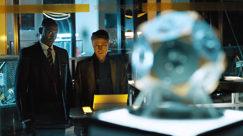 Lance Reddick som Martin Hatch og Aidan Gillen som Paul Serene, fra TV-seriedelen av spillet.