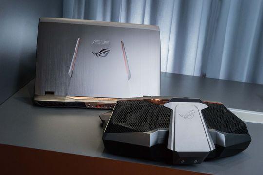 Asus GX700 kan dockes til en egen vannkjølingsstasjon for bedre ytelse.