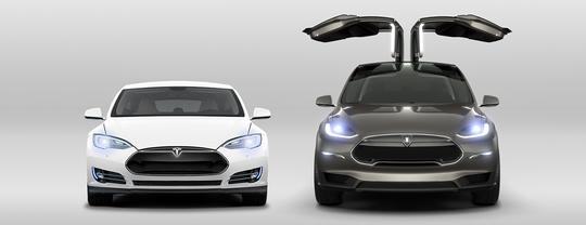 Tesla Model S (til venstre) og Tesla Model X er selskapets foreløpig eneste modeller i produksjon. Begge to er imidlertid svært dyre, så et billigere alternativ – i form av Model 3 – er nok kjærkomment.