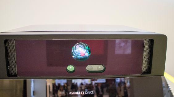 I vifte: Projektoren og sensorene er montert over kjøkkenbenken i avsugsvifta.