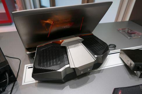 Asus ROG GX700 kan minne litt om et bærbart musikkanlegg.