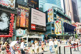 For å skape litt blest rundt det hele, har de til og med reklamebannere på selveste Broadway!