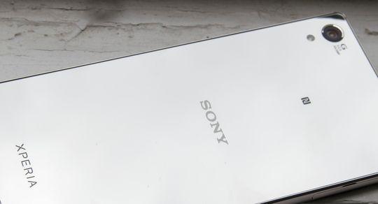 Xperia Z5 Premium er ikke en mobil som går upåaktet hen. Baksiden er blant annet så blank at du enkelt kan bruke den som speil.