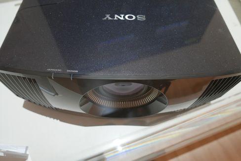 Du kan bruke projektoren i rundt 6000 timer før du må skifte ut pæra.