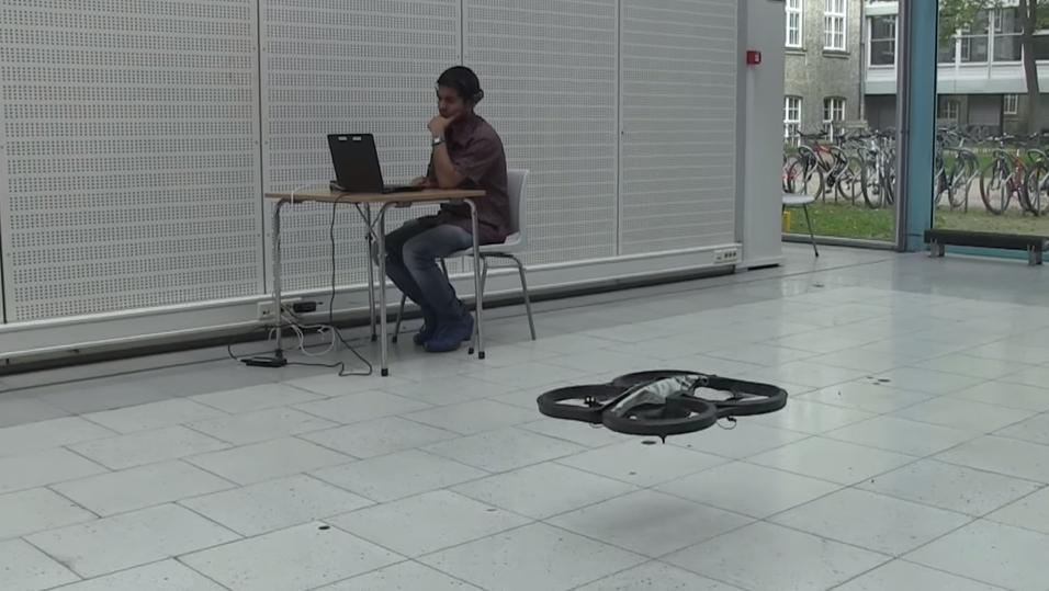 Dronen styres kun ved hjelp av hjernesignaler. I bakgrunnen sitter en av utviklerne av konseptet, Sumit Kumar Ram.