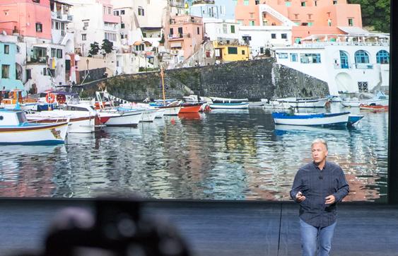 Phil Schiller fra Apple viser frem det nye kameraet til iPhone 6S.