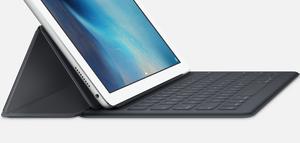 Dette er Apples eget iPad Pro-tastatur Smart Keyboard, som ser ut til å bli noe mindre «premium» enn Logitechs nye variant.