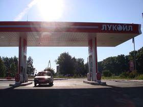 Russiske bensinstasjoner – slik som denne – må snart installere elektrisk ladestasjon.