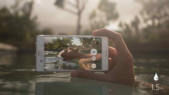 Xperia Z3 ble blant annet markedsført som en telefon du kunne ta bilder under og i vannet med. Her på svømmetur, for eksempel.