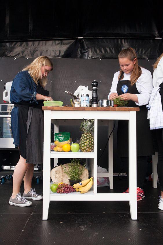 Helle Øder Valebrokk fikk hjelp av kokkeelev Hannah Emilie Aune.