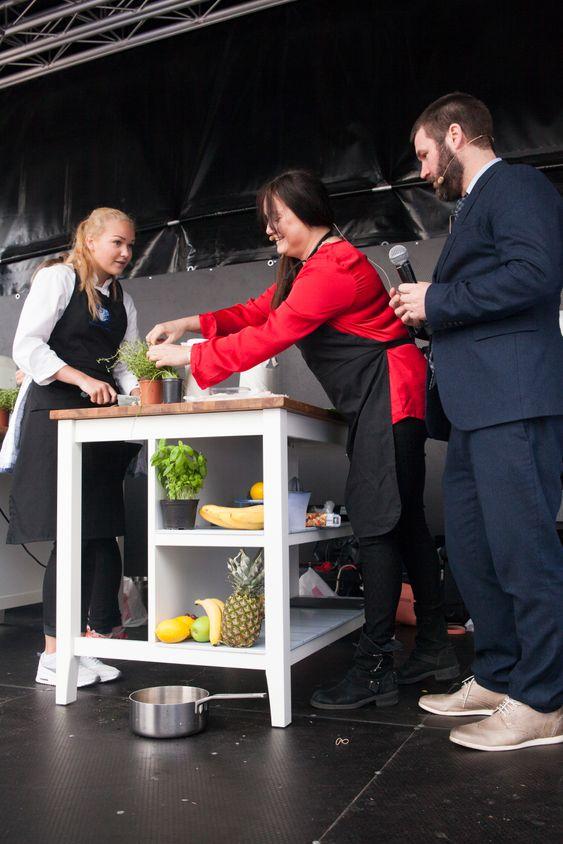 Randi Strand ble nummer to. Her med konferansier Mathias Steinbru og assistent kokkeelev Oda Christensen.
