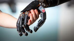 Noen tror datamaskiner vil «knyttes» sammen med mennesket på et biologisk plan, litt som med de nye, mekaniske protesene.