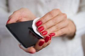 På samme måte som telefonen noen ganger trenger en rens utenpå, kan den også være avhengig av en rens innvendig. Det er her fabrikkinnstilling kommer inn.