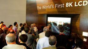 8K-oppløsningen har hittil bare blitt demonstrert på større TV-er. Her viser Sharp frem en prototype av sin 8K-TV for et år siden.