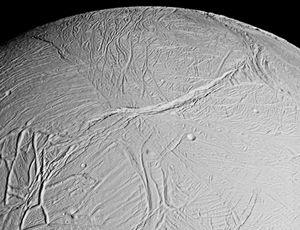 Overflaten til Enceladus minner om overflaten til Europa.