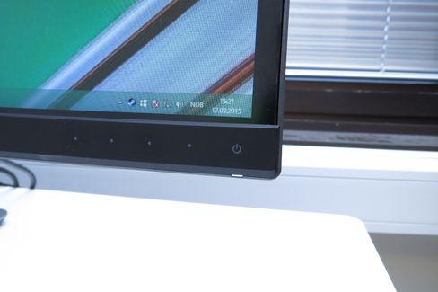 Du betjener skjermen ved hjelp av berøringsknapper på fremsiden av skjermen.