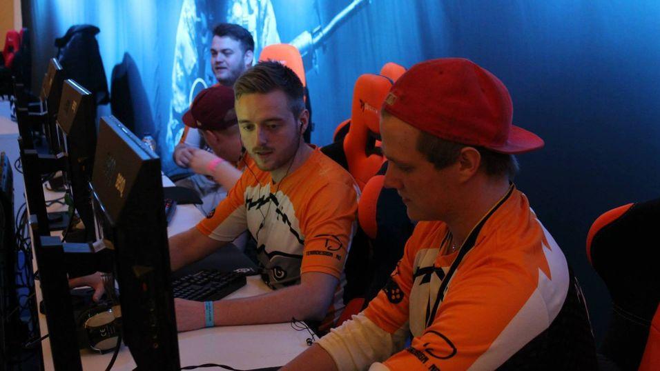Badger-spillerne Kristian «Akez» Kornbakk (t.v.) og Andreas «B4t» Bergevik under Copenhagen Games.