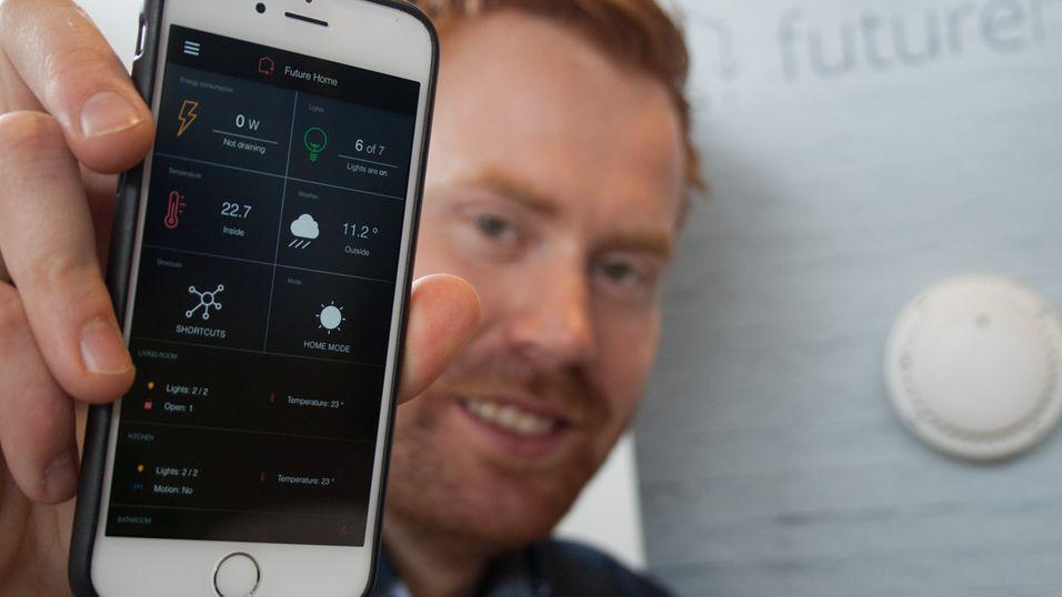 Gründer og administrerende direktør Erik Stokkeland i Future Home viser fram appen som via en sentralenhet styrer hele smarthjemmet.