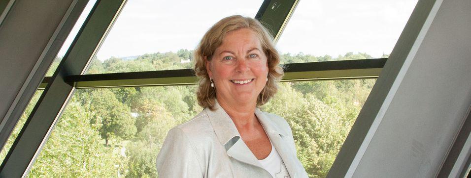Administrerende direktør Berit Svendsen i Telenor Norge må sikre at konkurrenter uten eget nett får lønnsom tilgang til Telenors mobilnett. Det gjelder også for Ice-kundene mens byggingen av et konkurrerende nett pågår.