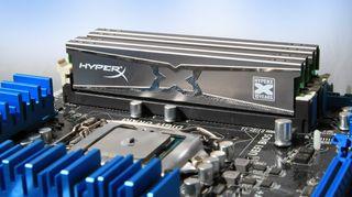 RAM-brikker i hovedkort. Brikkene kan enten være løse, som her, eller loddet fast i kortet.