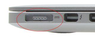 MagSafe-tilkoblingen sitter fast magnetisk på utsiden av datamaskinen, slik at den ikke ødelegger noe om den blir nappet ut.