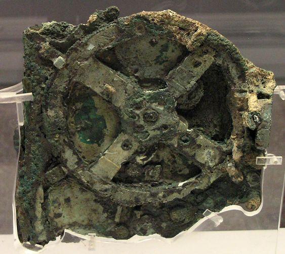 Antikythera-mekanismen står i dag utstilt i det nasjonale arkeologiske museet i Aten.