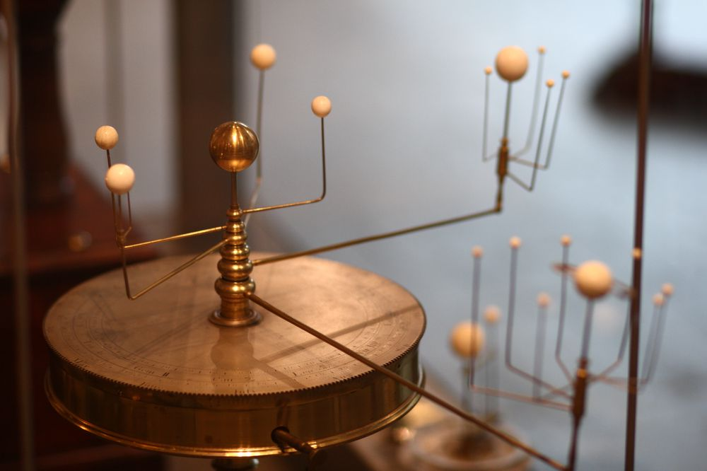 Dette mekaniske plananetariet laget av Benjamin Martin i London i 1766, ble brukt av John Winthrop for å lære bort astronomi ved Harvard-universitetet. Det befinner seg i Putnam Gallery på Harvard Science Center.