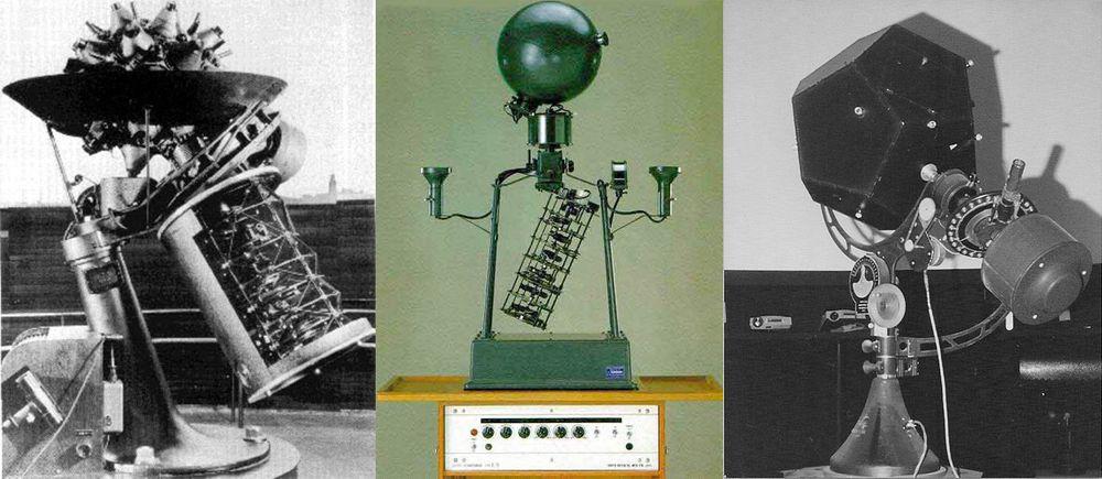Et utvalg projektorer. Fra venstre: Model I Zeiss (verdens første optiske planetariumprojektor), japanske Goto E-5 (som ble installert i mange av landets barneskoler), og en tidlig modell av amerikanske Spitz (som fant veien til en rekke undervisningsinstitusjoner).