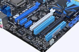 Eldre hovedkort med PCI Express 16x- og 1x-porter, i tillegg til to av den eldre PCI-standarden (tredje nederst og nederst).