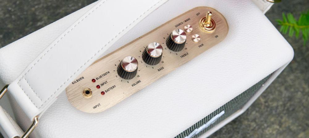 Fysiske skruknotter bidrar både til designen og til at det er enkelt å tilpasse lyden til rommet.