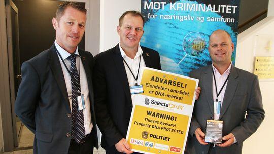 Politiinspektør Odd Skei Kostveit, seniorrådgiver i Næringslivets sikkerhetsråd, Thomas Haneborg og Frode Mathiassen fra Safe4 Security Group med et skilt likt de som er satt opp i Hasleåsen ved Sandefjord.