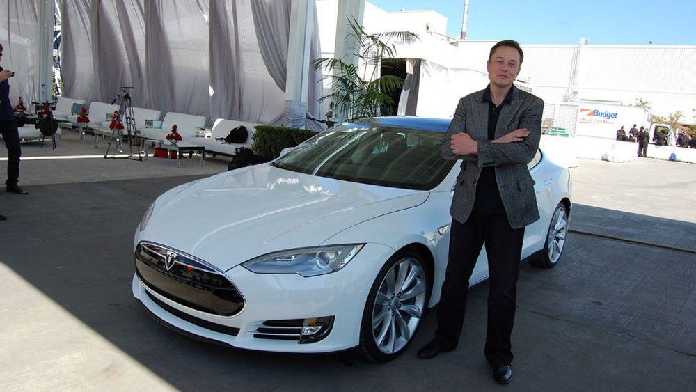 Tesla-sjef Elon Musk foran en Model S.
