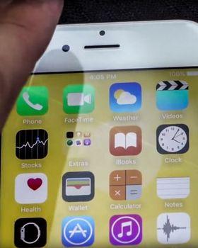 «Skaden» på skjermen kan så vidt skimtes som en lysere stripe som går diagonalt fra toppen av telefon-symbolet og ned gjennom FaceTime-, iBooks- og Clock-appene. Vi har forsterket kontrasten for å tydeliggjøre stripen.