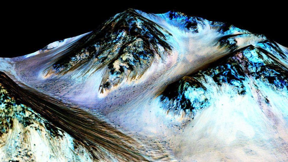 Bildet ser ut som et snødekt fjell på Jorden, men viser ifølge NASA de mørke feltene som skal være forårsaket av vann.