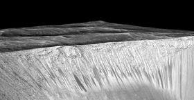 Et annet bilde av de mørke stripene som NASA mener beviser vann.