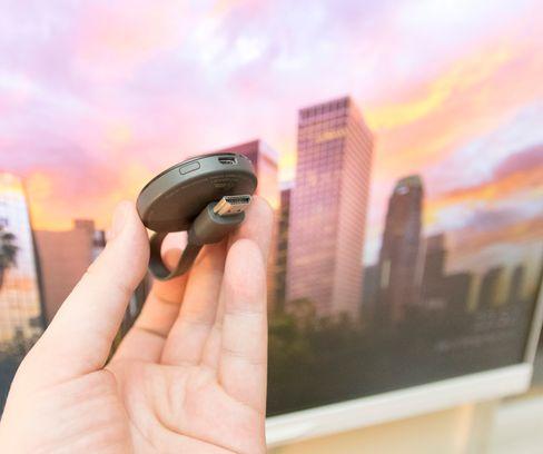 Det sitter en magnet i HDMI-pluggen, som gjør at Chromecast enkelt kan foldes sammen og tas med.