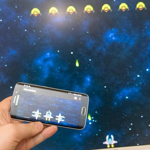 Slik ser det ut når vi spiller Alien Invaders. Telefonskjermen gir deg berøringskontroller, mens innholdet foregår på storskjermen.