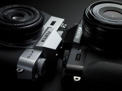 Fujifilm X-T10 er tilgjengelig i to farger.