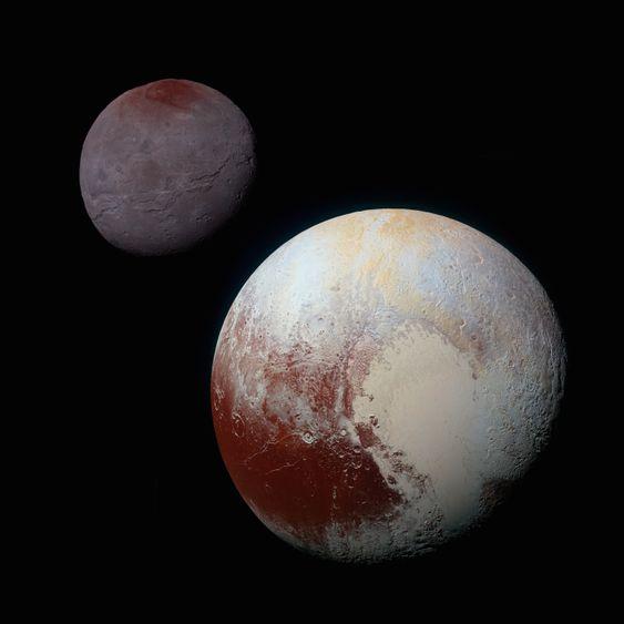 Charon er mye mørkere enn Pluto.