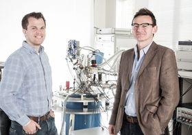 Forsker Menno Veldhorst (t.v) og prosjektleder Andrew Dzurak i laboratoriet hvor eksperimentet ble utført.